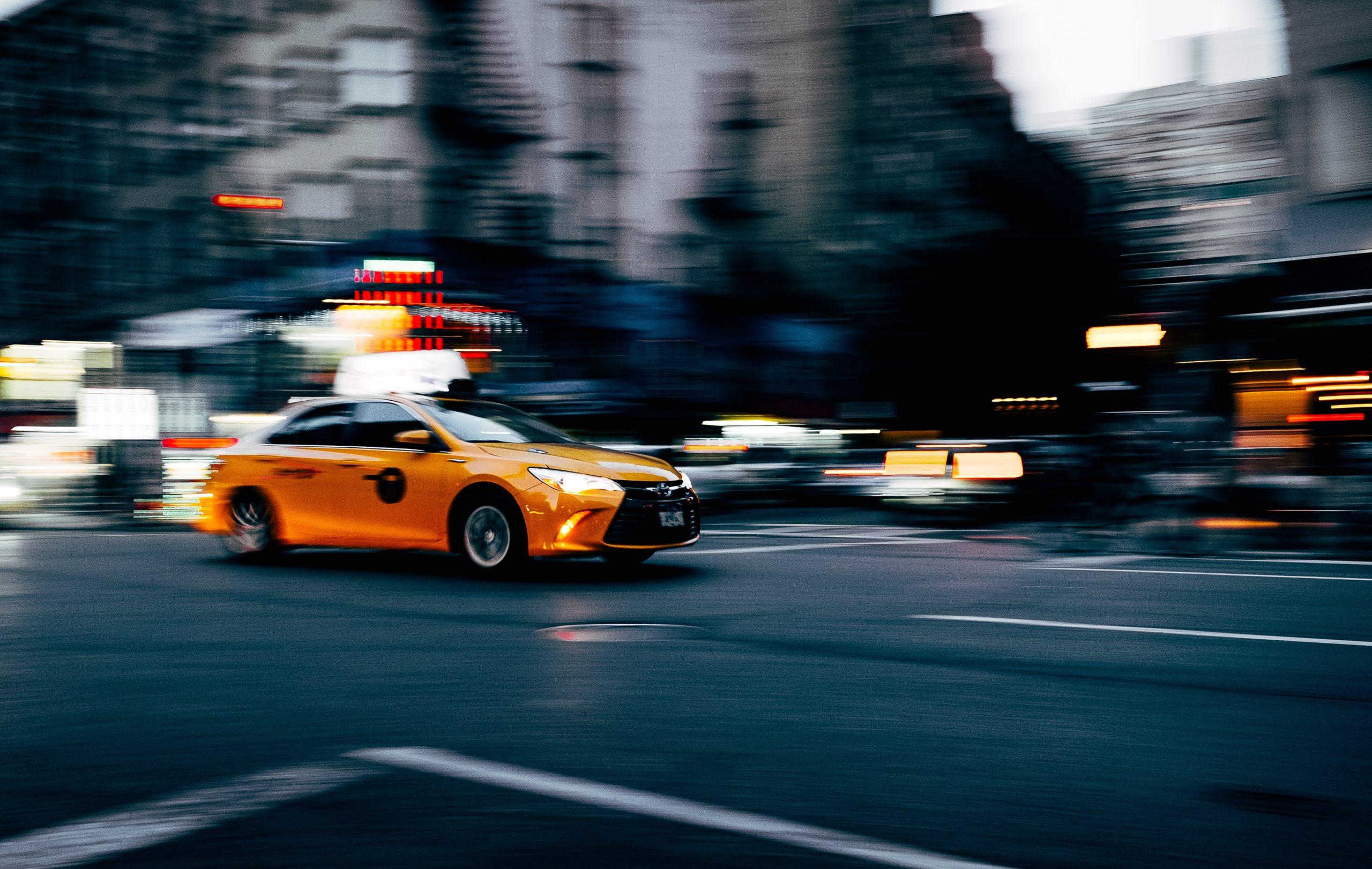 タクシードライバーに求められるスキルと資質を活かして仕事中