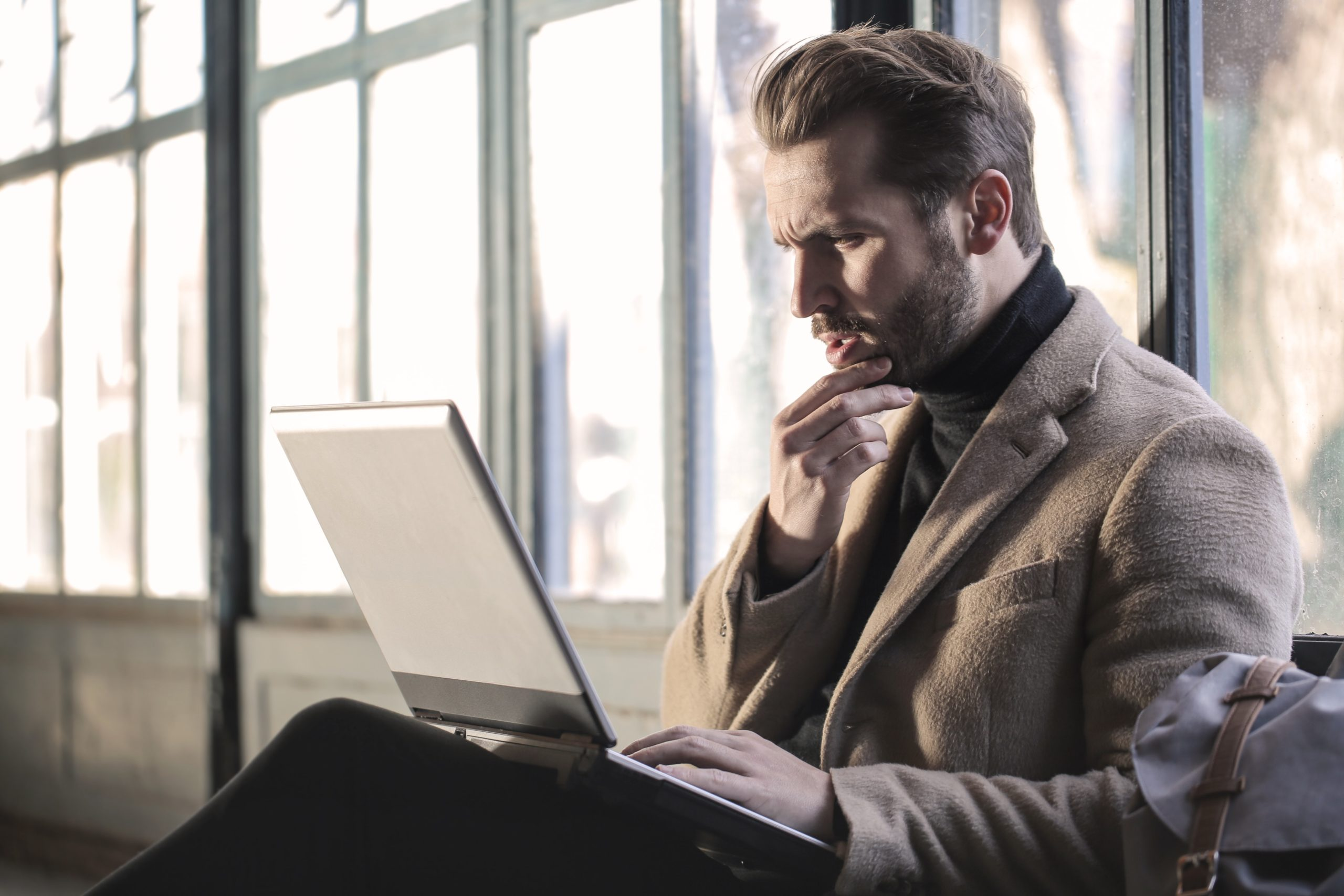 つなぎバイトを転職活動に上手く使えないかおすすめを探す男性