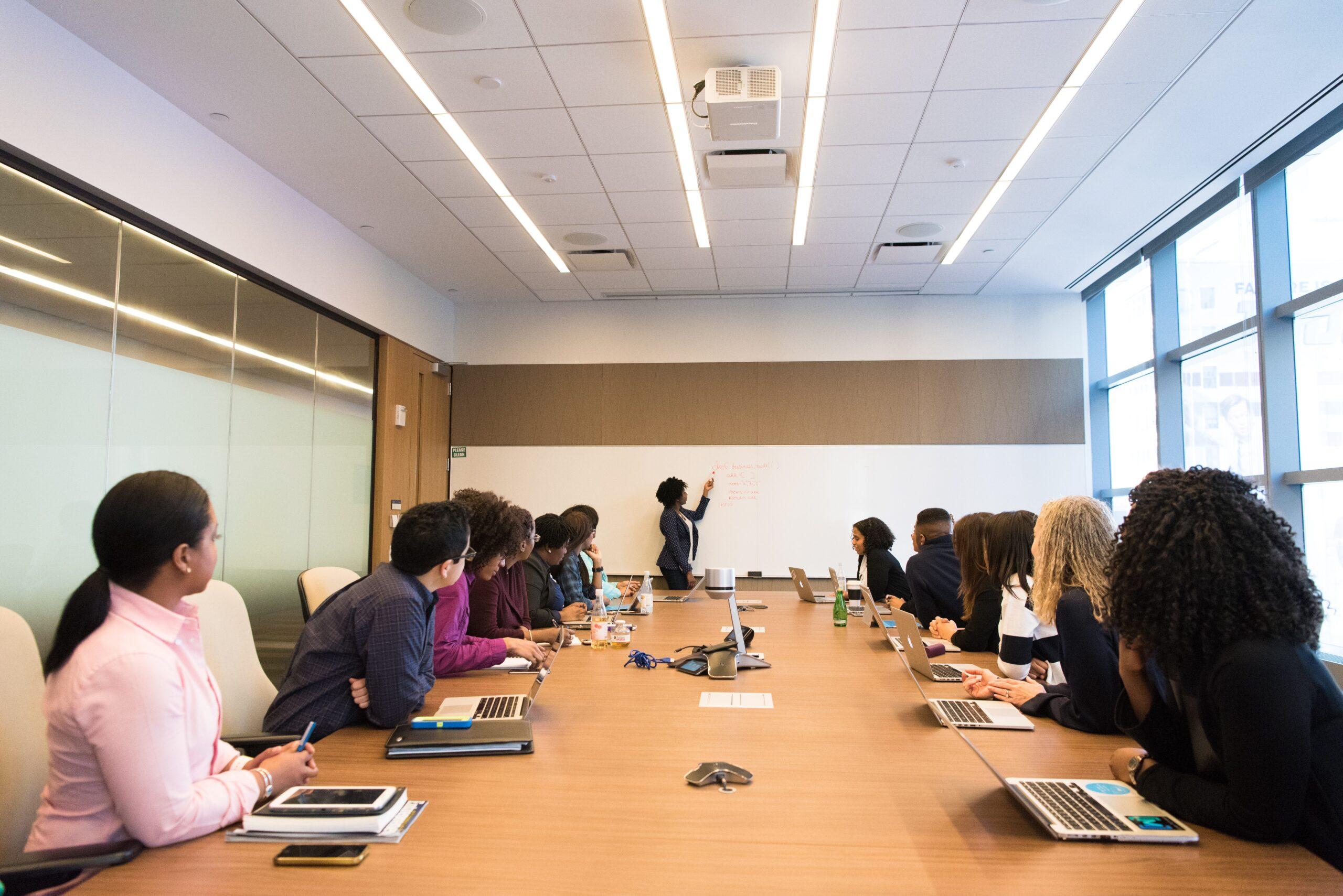 企業目線で転職活動をする意義を説明するコンサルタント