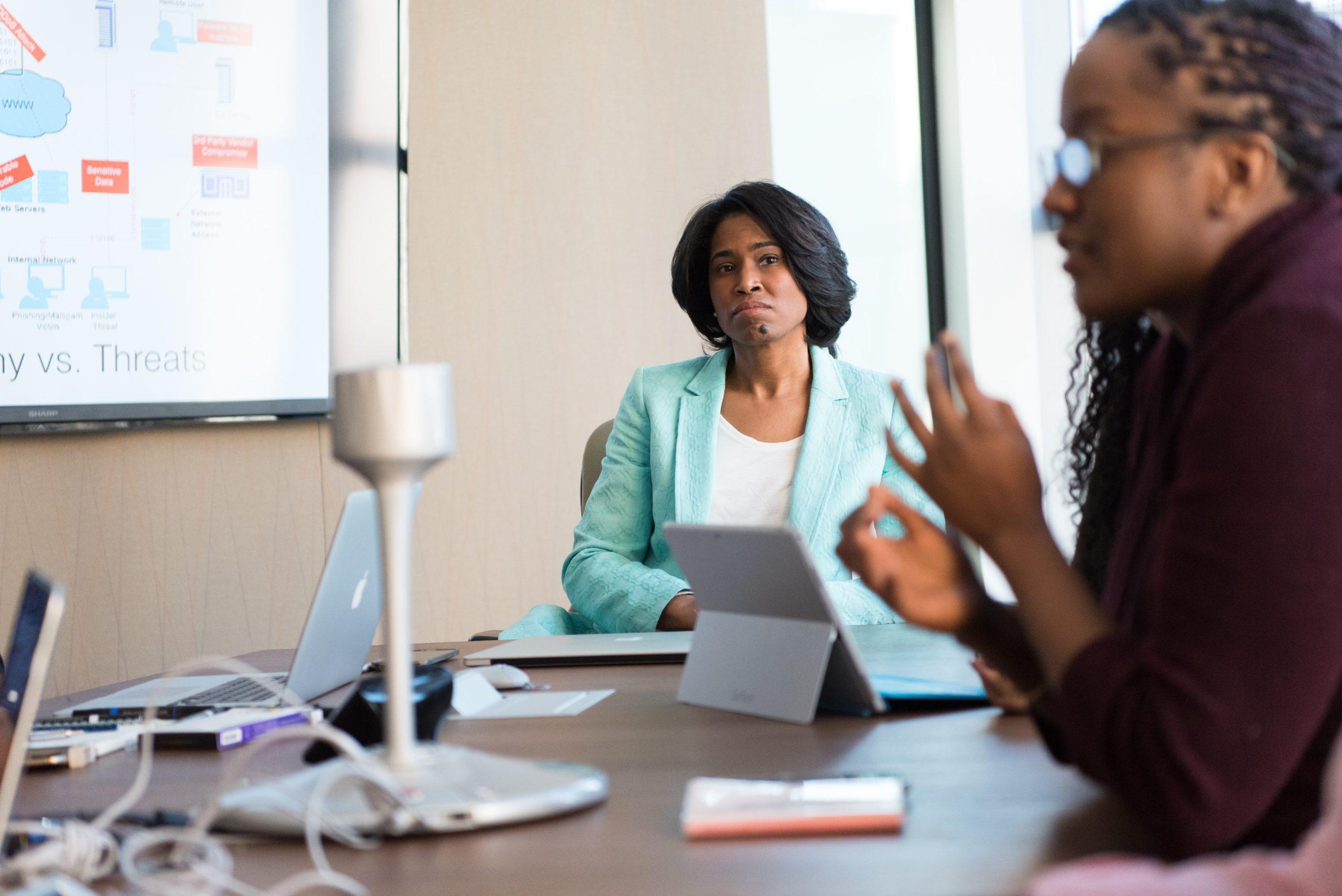 前の職種に戻ることを考え、転職しようか悩む女性