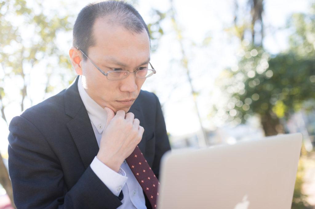 東京オリンピック開催後に転職するか悩む男性