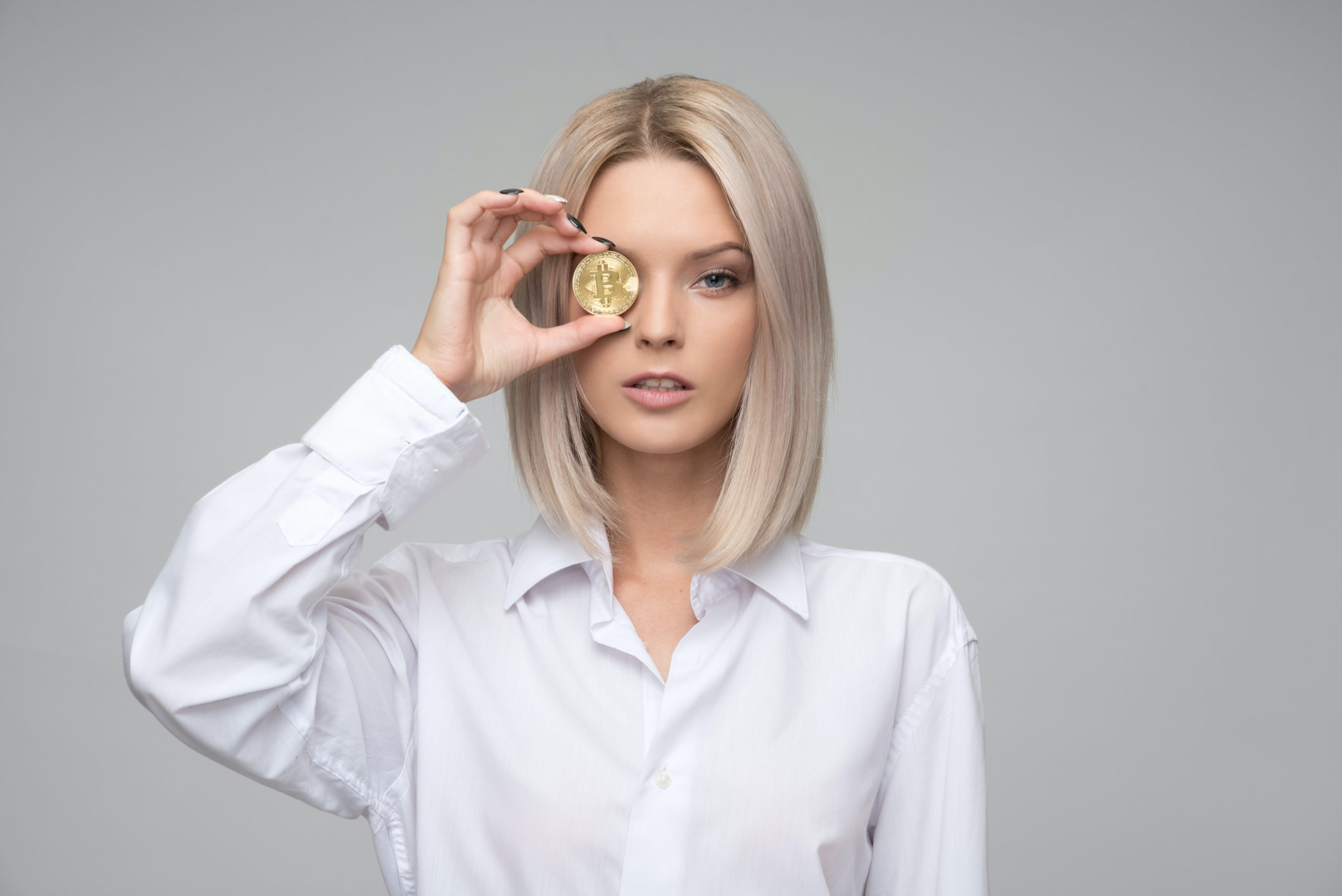 転職市場を見る女性