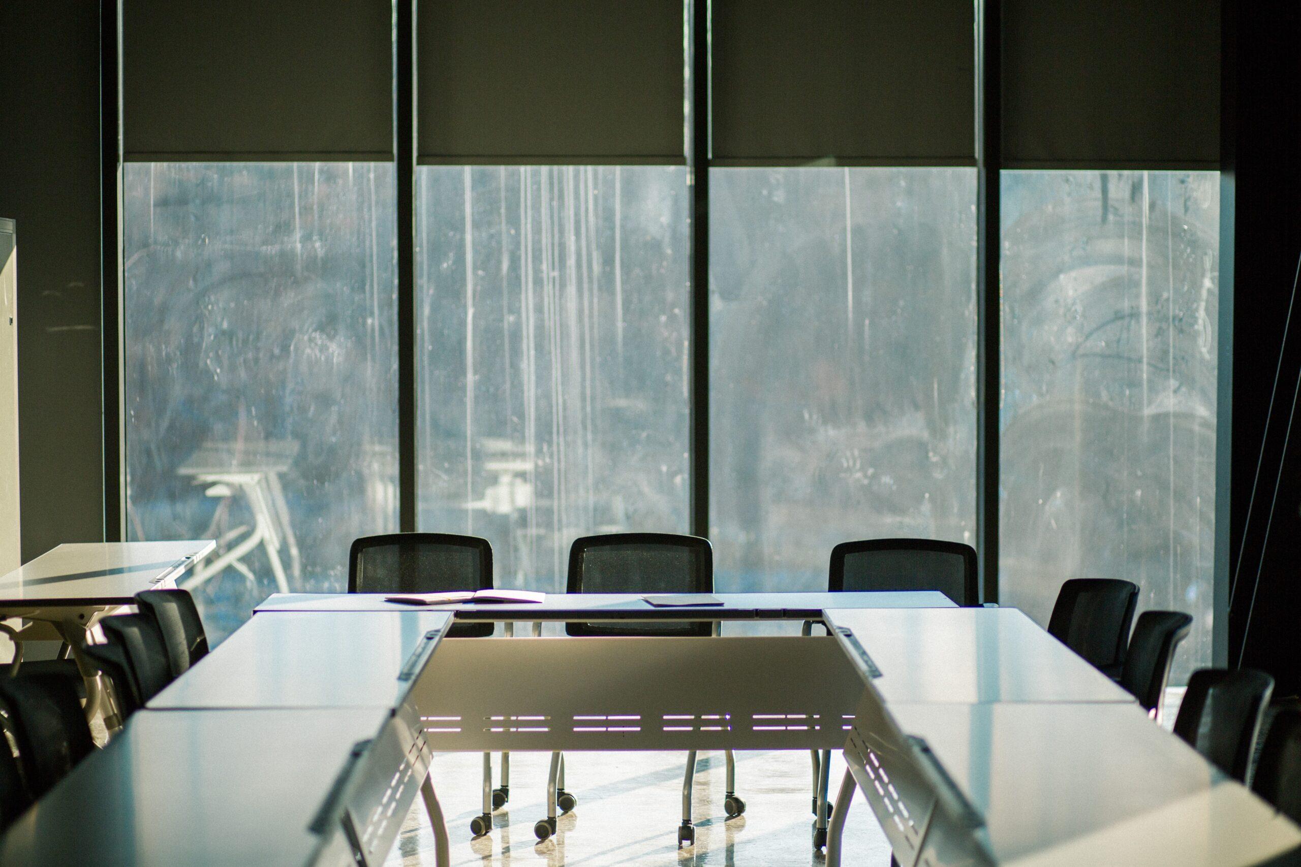 退職理由を面接官からしつこく質問されないように会議室で考える様子