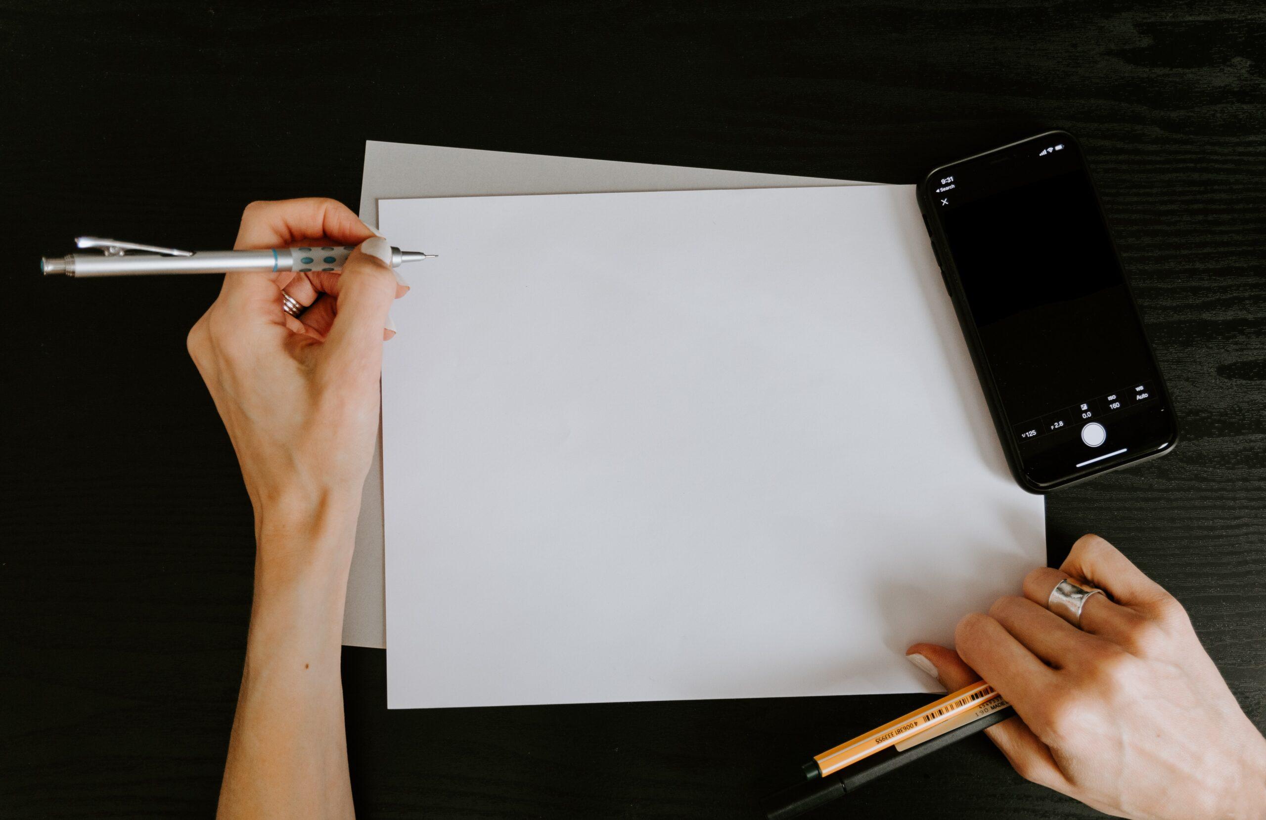 エントリーシートの書き方を念入りに考える就活生