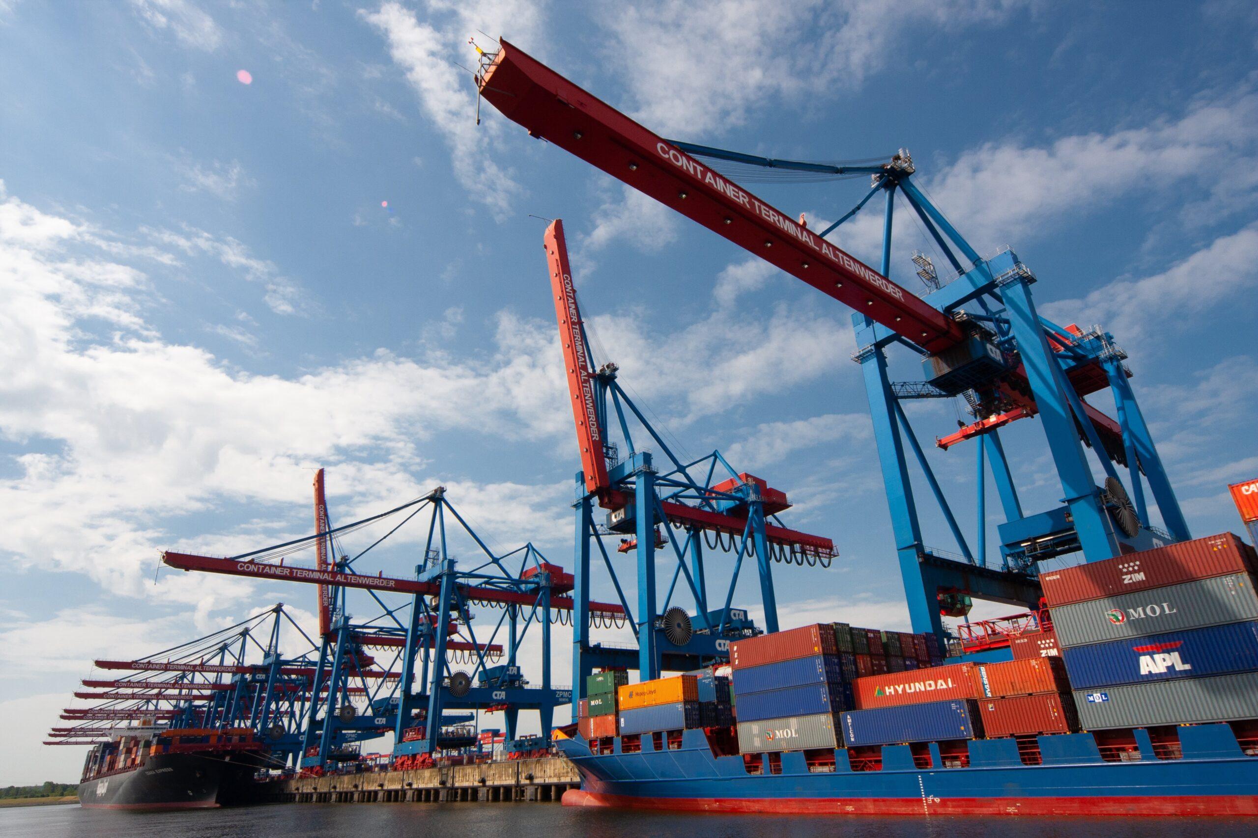 貿易事務職の仕事内容を勉強するために港に来た転職者