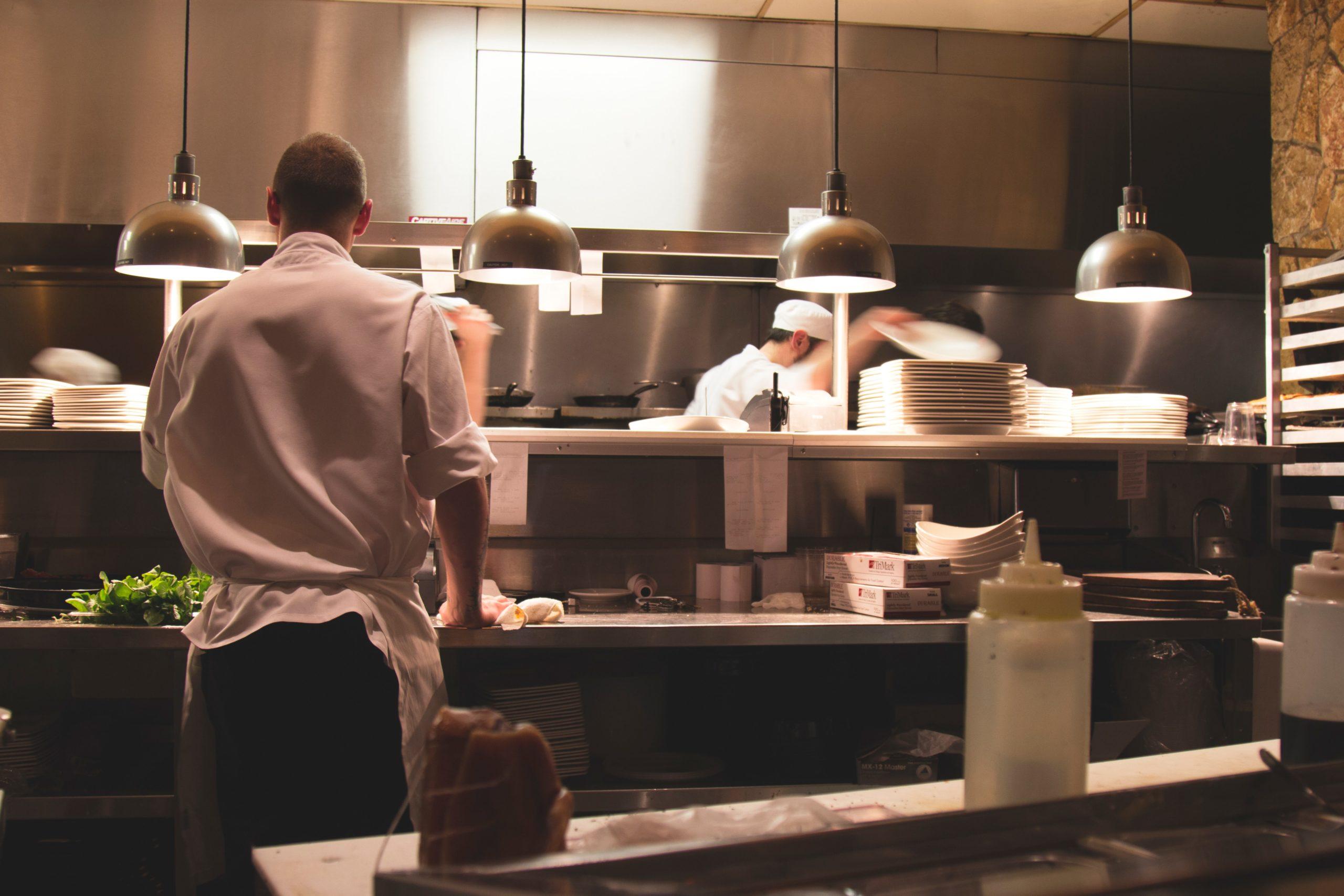 飲食業でやりがいを持って仕事をする人たち