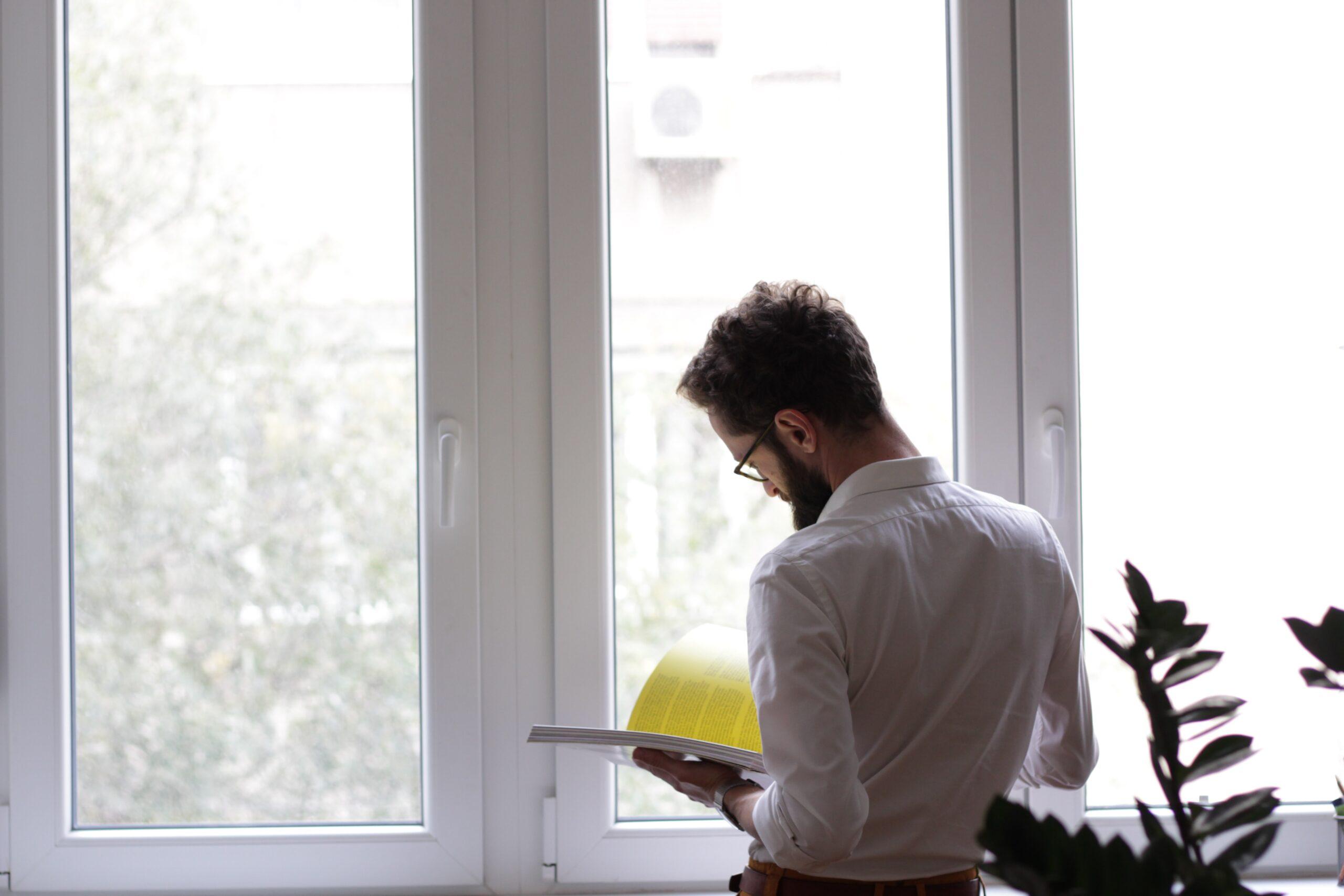 職業訓練おすすめコースで資格取得も考えている男性