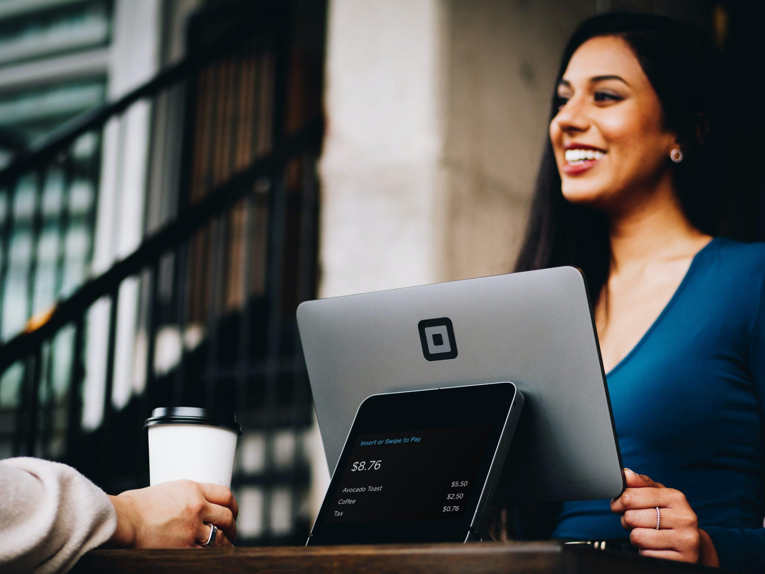 事務職の種類と難易度を確認する女性
