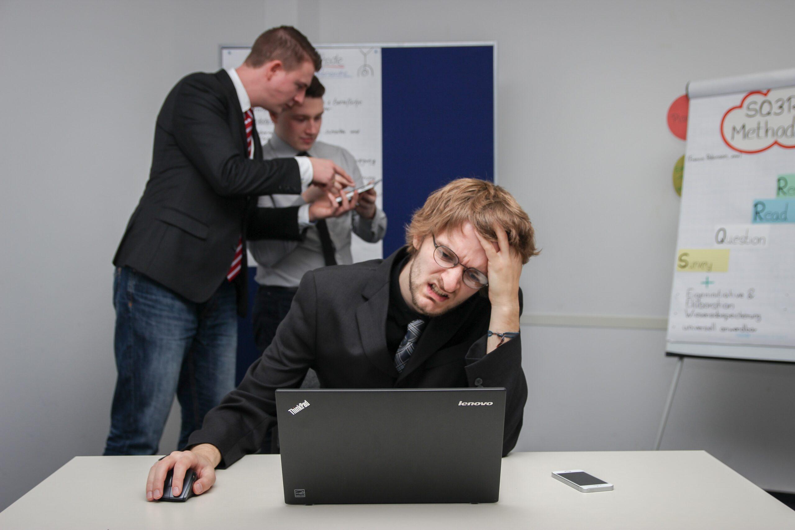 転職失敗した人が苦しい思いをしている風景