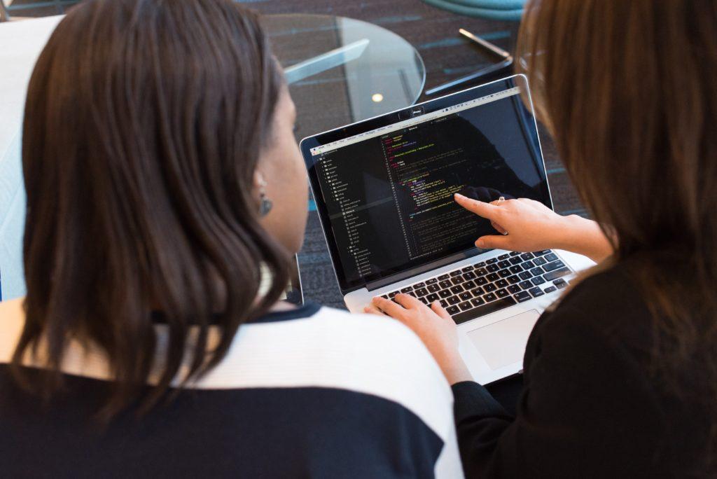 若者が転職失敗原因をパソコンで解析中