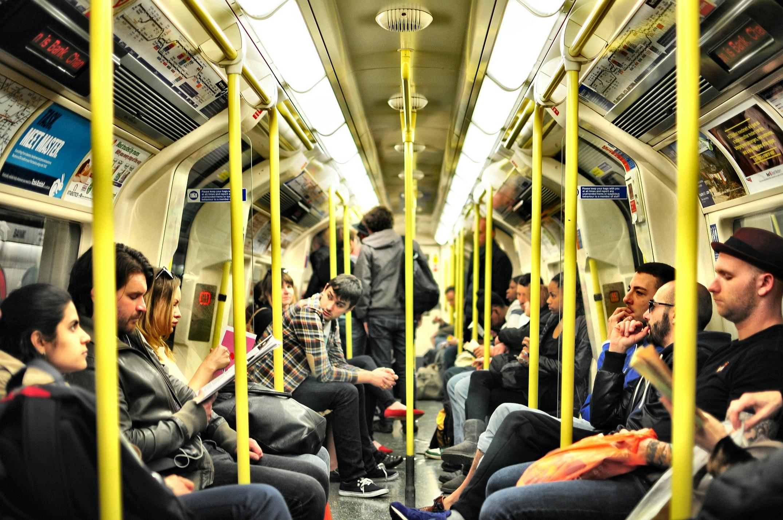 通勤電車に揺られる人々