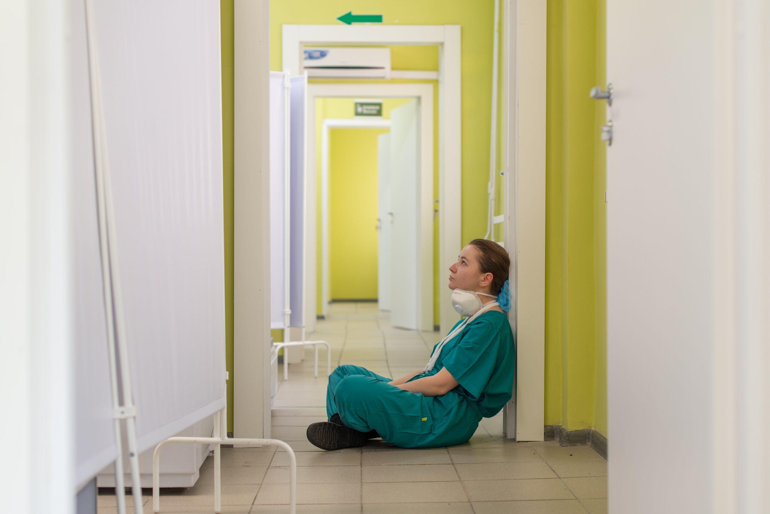 看護師の転職における転職理由を考える男性